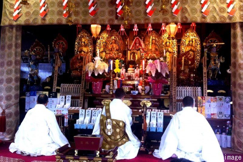 寺院で祈祷する僧侶(行者)image