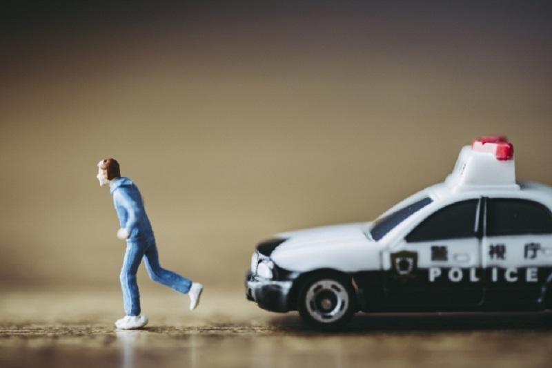 警察パトカーに追われる人間
