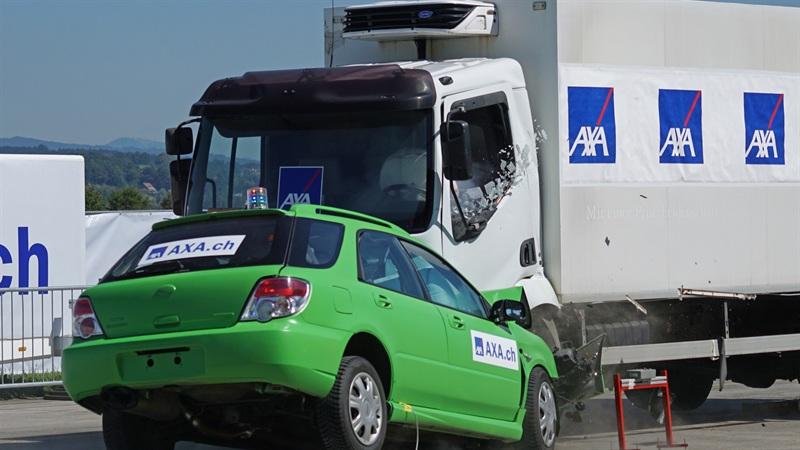 正面衝突の交通事故