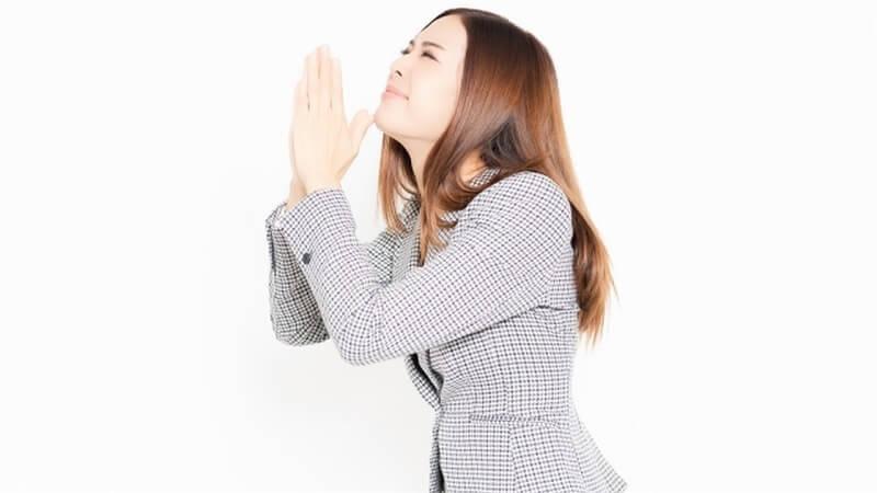 祈願する女性